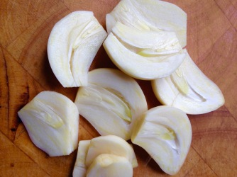 Remove garlic root or not?